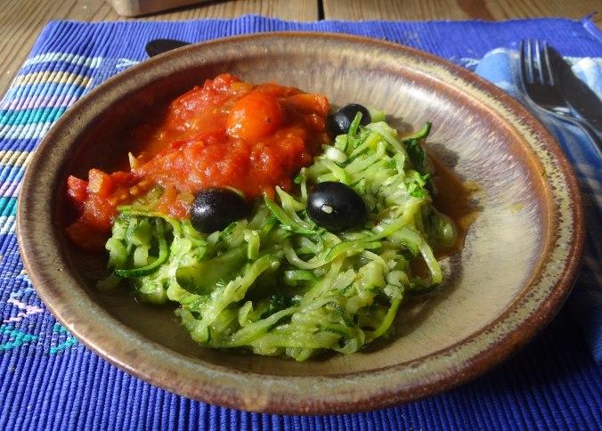 Zucchini Spaghetti mit Oliven,Tomatensoße (26)