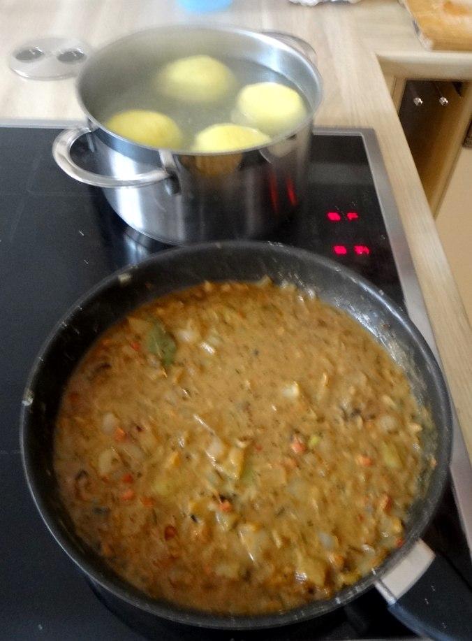 Zwiebelsoße,Klöße,Chicoreesalat (14)