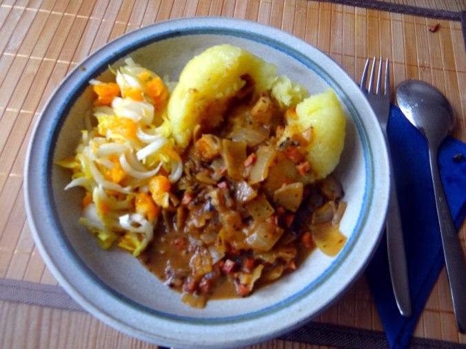 Zwiebelsoße,Klöße,Chicoreesalat (19)