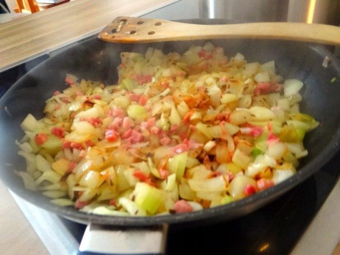 Zwiebelsoße,Klöße,Chicoreesalat (9)