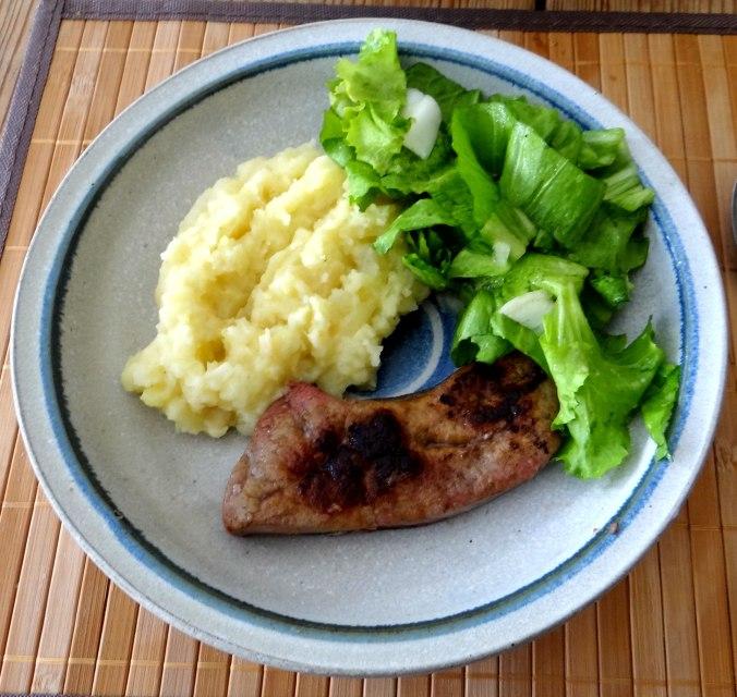 Kartoffel-Pastinaken Stampf,Kalbsleber,Spargel,pochiertes Ei,Endivien Salat (1)