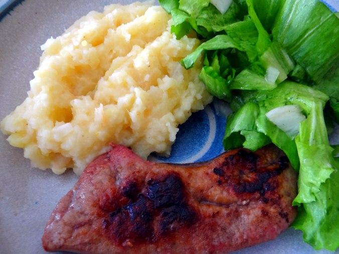Kartoffel-Pastinaken Stampf,Kalbsleber,Spargel,pochiertes Ei,Endivien Salat (14)