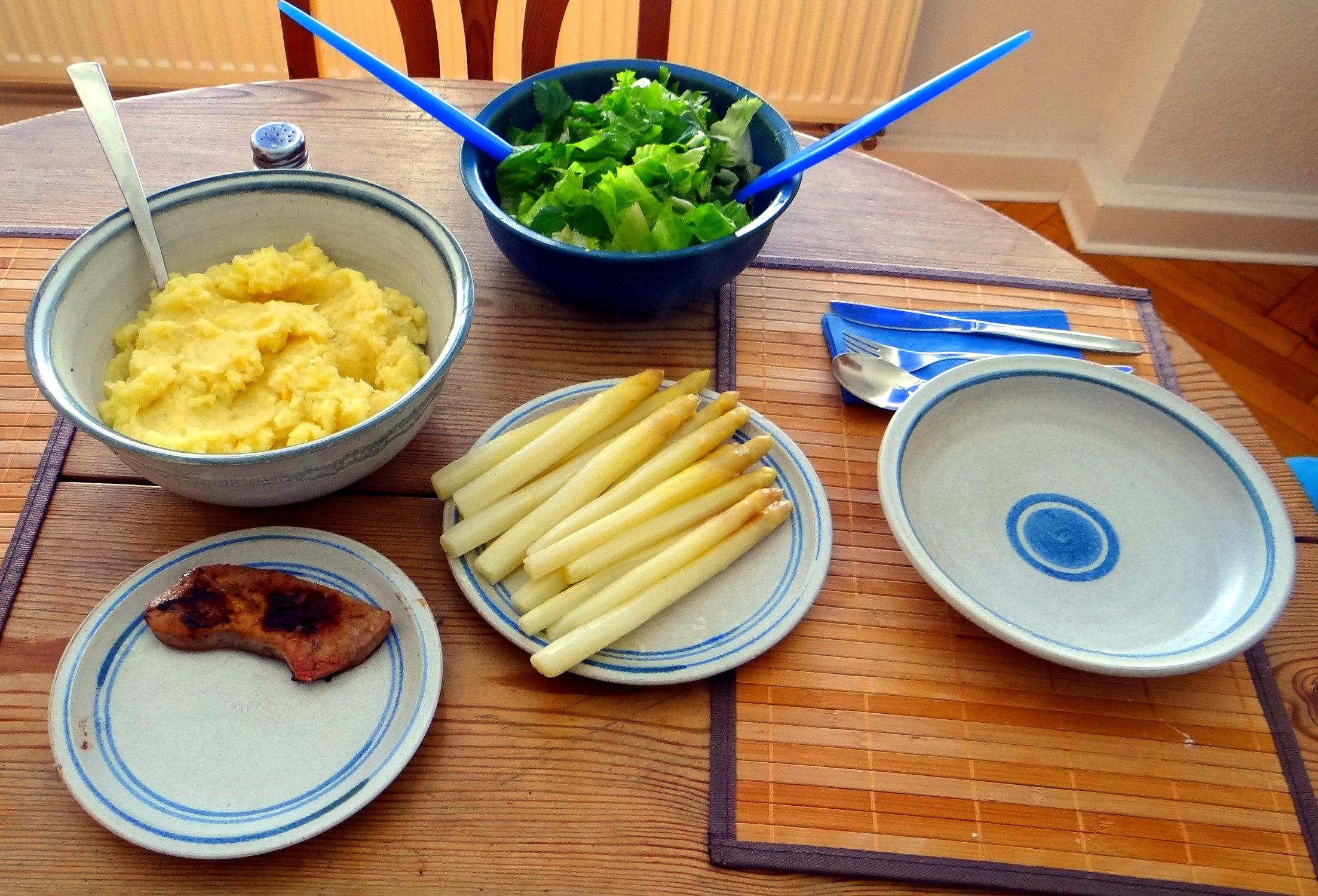 Kartoffel-Pastinaken Stampf,Kalbsleber,Spargel,pochiertes Ei,Endivien Salat (3)