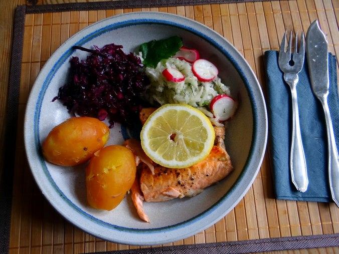 Lachs,Rotkrautsalat,Kohlrabisalat,Pellkartoffeln (1)
