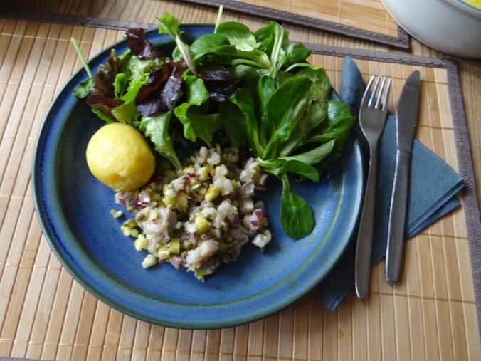 Matjes Tatar,Salate,Pellkartoffeln (2)