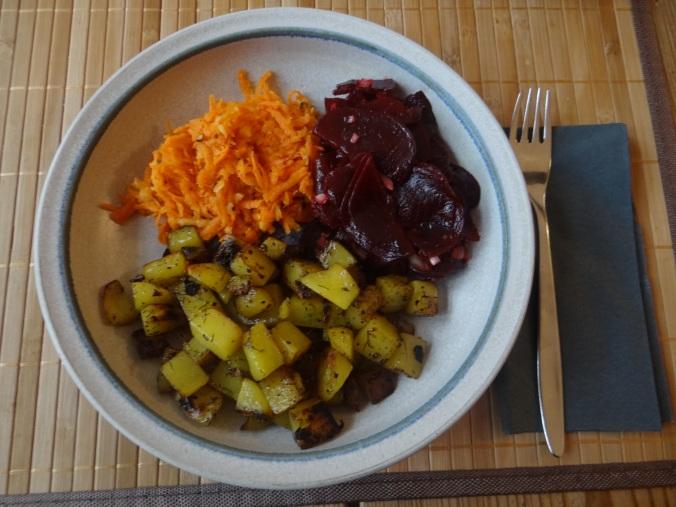 Rohgebratene Kartoffeln,Möhrensalat,Rote Bete Salat (1)