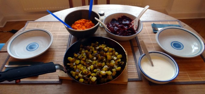 Rohgebratene Kartoffeln,Möhrensalat,Rote Bete Salat (2)