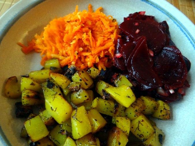 Rohgebratene Kartoffeln,Möhrensalat,Rote Bete Salat (3)