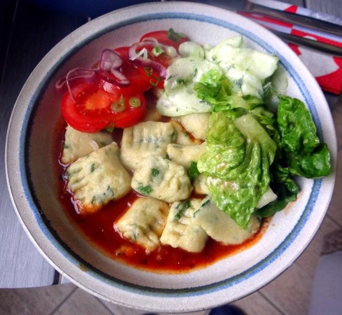 Basilikum Gnocchi mit Tomatensauce und Salaten (1)