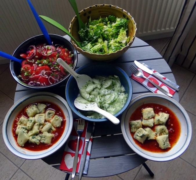 Basilikum Gnocchi mit Tomatensauce und Salaten (2)