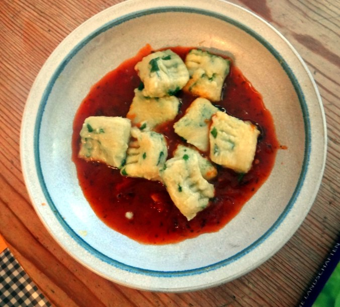 Basilikum Gnocchi mit Tomatensauce und Salaten (28)