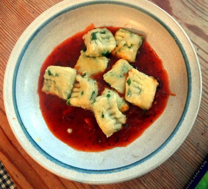 Basilikum Gnocchi mit Tomatensauce und Salaten (29)