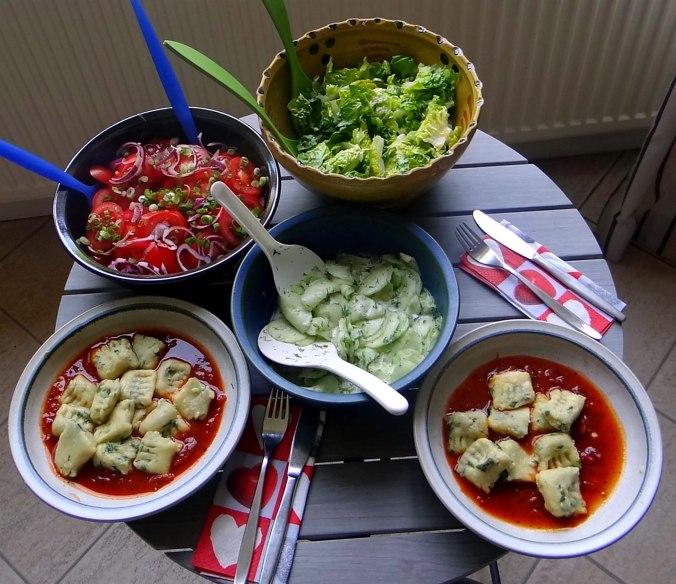 Basilikum Gnocchi mit Tomatensauce und Salaten (30)