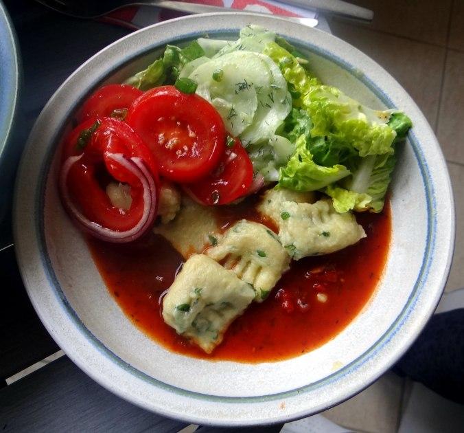 Basilikum Gnocchi mit Tomatensauce und Salaten (32)