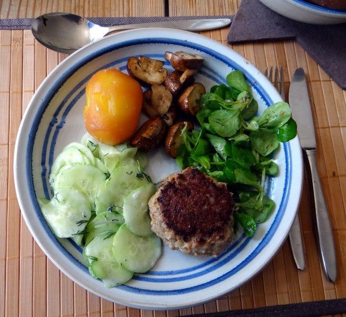 Frikadelle,Champignon,Gurkensalat,Feldsalat,Erdbeeren (1)