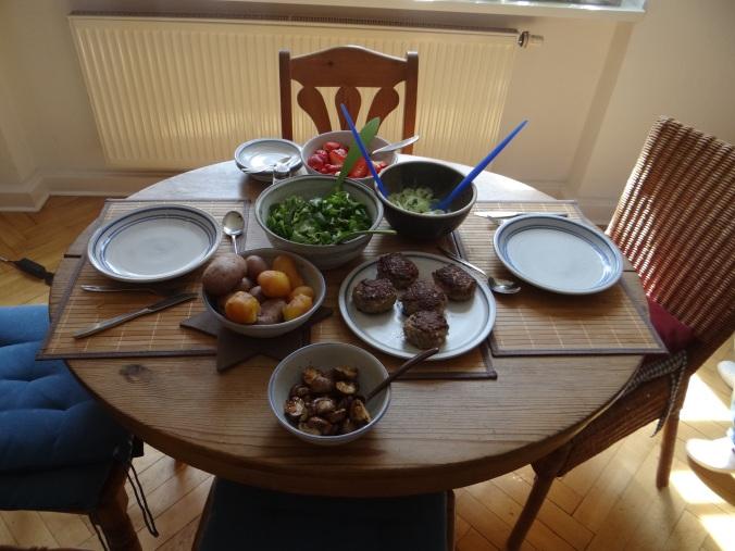 Frikadelle,Champignon,Gurkensalat,Feldsalat,Erdbeeren (17)