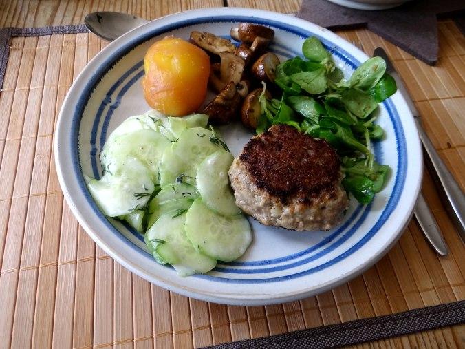 Frikadelle,Champignon,Gurkensalat,Feldsalat,Erdbeeren (18)
