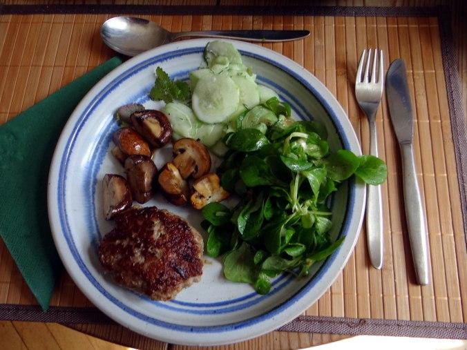 Frikadelle,Champignon,Gurkensalat,Feldsalat,Erdbeeren (19)