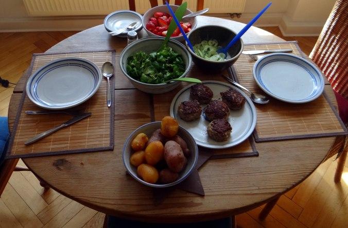 Frikadelle,Champignon,Gurkensalat,Feldsalat,Erdbeeren (3)