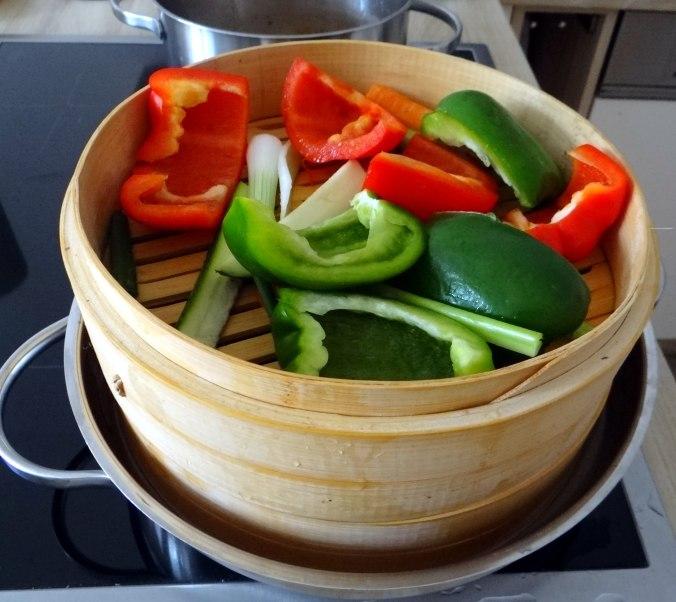 Gado Gado,Reisnudeln,gedämpftes Gemüse,Rührkuchen (15)