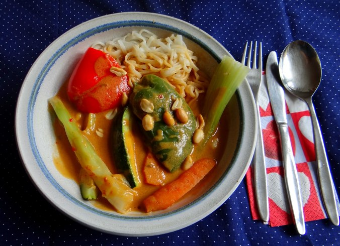 Gado Gado,Reisnudeln,gedämpftes Gemüse,Rührkuchen (2)