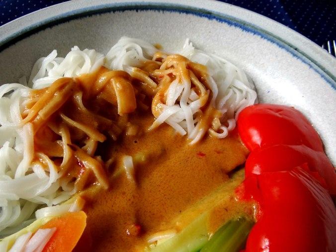 Gado Gado,Reisnudeln,gedämpftes Gemüse,Rührkuchen (25)
