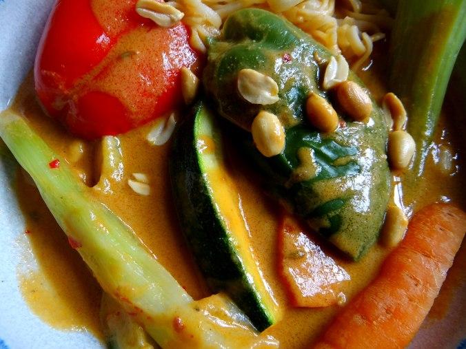 Gado Gado,Reisnudeln,gedämpftes Gemüse,Rührkuchen (4)