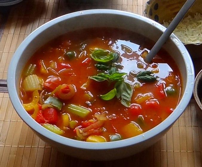 Minestra mit Bleichsellerie un Paprika,Obstsalat,vegetarisch (4)