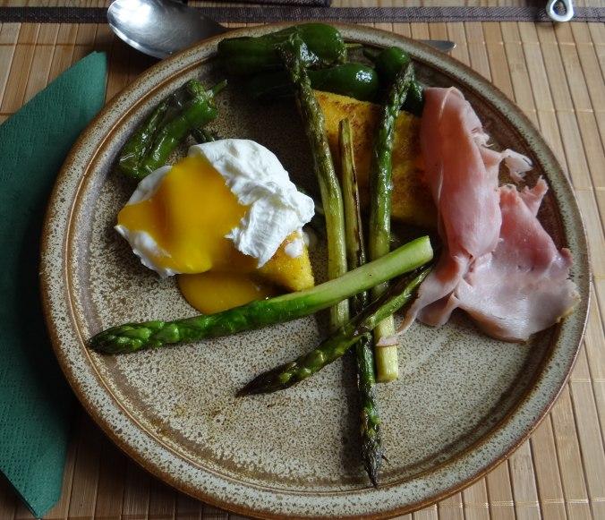 pochiertes Ei,Pimientos,grüner Spargel,Polenta,Kochschinken,Obstsalat,vegetarich (1)