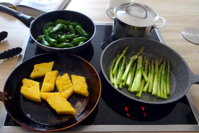 pochiertes Ei,Pimientos,grüner Spargel,Polenta,Kochschinken,Obstsalat,vegetarich (15)