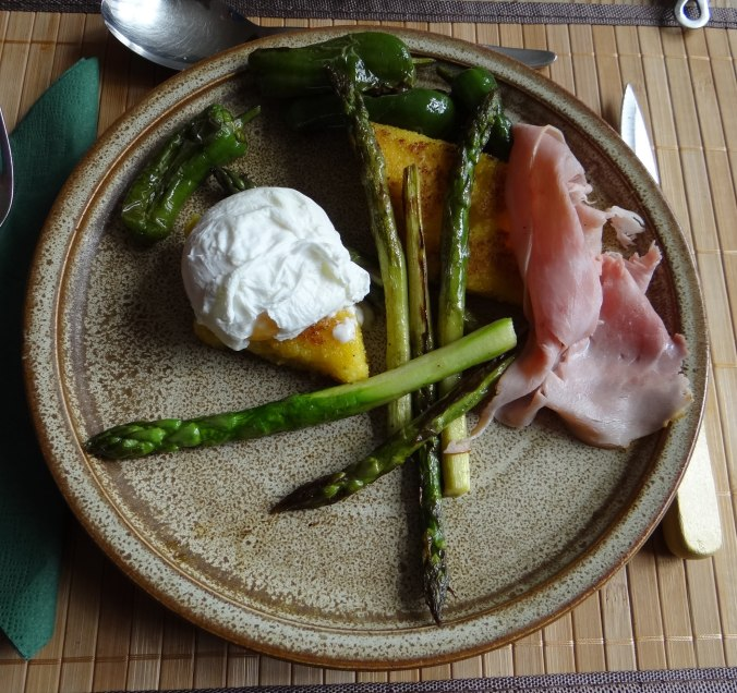 pochiertes Ei,Pimientos,grüner Spargel,Polenta,Kochschinken,Obstsalat,vegetarich (17)