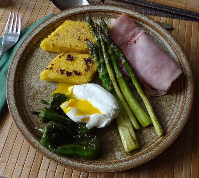 pochiertes Ei,Pimientos,grüner Spargel,Polenta,Kochschinken,Obstsalat,vegetarich (2)