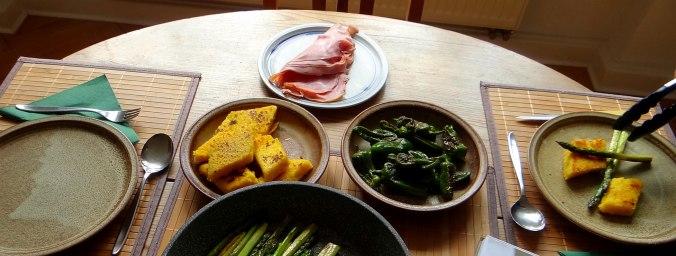 pochiertes Ei,Pimientos,grüner Spargel,Polenta,Kochschinken,Obstsalat,vegetarich (3)