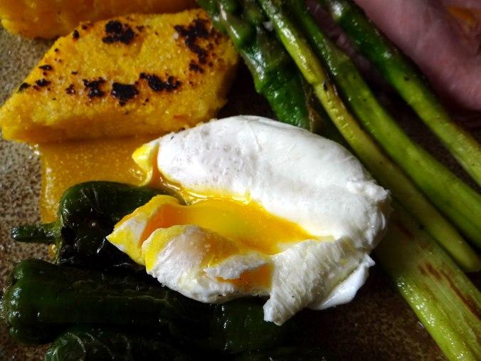 pochiertes Ei,Pimientos,grüner Spargel,Polenta,Kochschinken,Obstsalat,vegetarich (4)