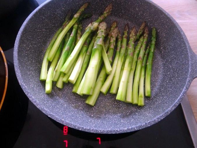 pochiertes Ei,Pimientos,grüner Spargel,Polenta,Kochschinken,Obstsalat,vegetarich (7)