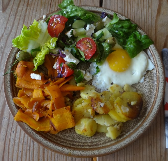Salat,Karotten,Bratkartoffeln,Spiegelei (21)
