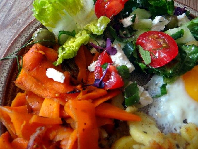 Salat,Karotten,Bratkartoffeln,Spiegelei (22)