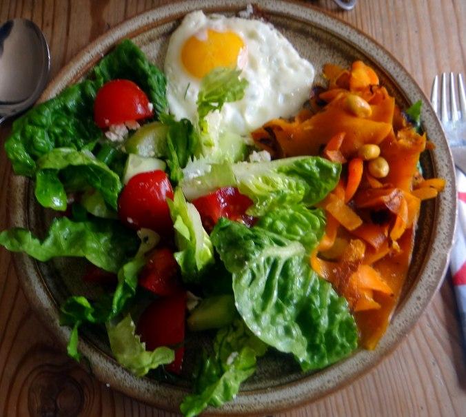 Salat,Karotten,Bratkartoffeln,Spiegelei (23)