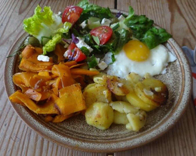 Salat,Karotten,Bratkartoffeln,Spiegelei (4)