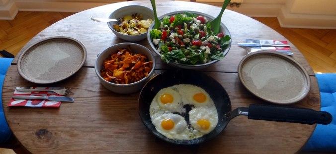 Salat,Karotten,Bratkartoffeln,Spiegelei (5)