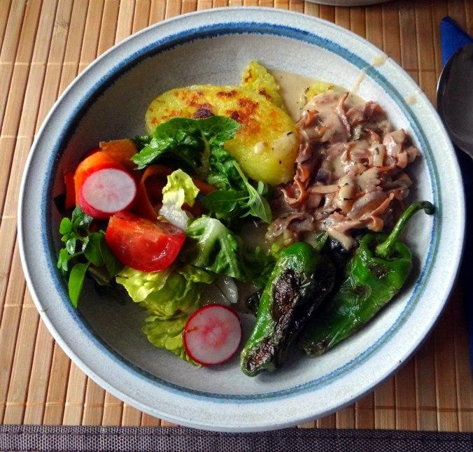 Gebratene Kloßscheiben,Schinkensauce,Salat,Erdbeeren (1)