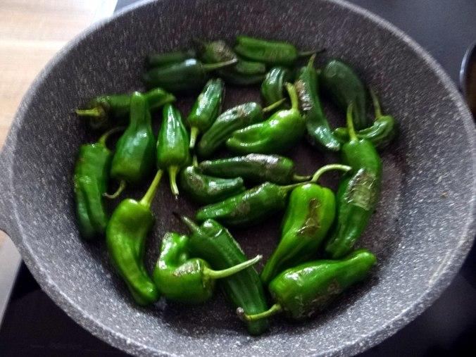 Gebratene Kloßscheiben,Schinkensauce,Salat,Erdbeeren (13)