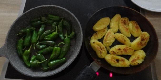 Gebratene Kloßscheiben,Schinkensauce,Salat,Erdbeeren (15)