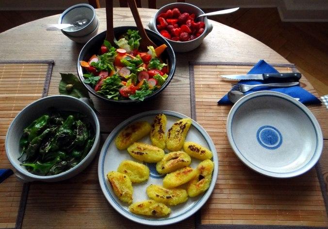Gebratene Kloßscheiben,Schinkensauce,Salat,Erdbeeren (17)
