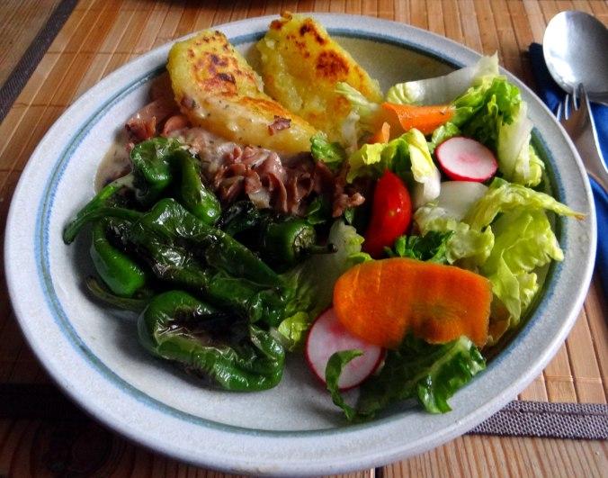 Gebratene Kloßscheiben,Schinkensauce,Salat,Erdbeeren (2)