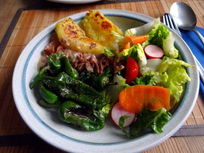 Gebratene Kloßscheiben,Schinkensauce,Salat,Erdbeeren (20)