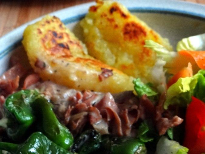 Gebratene Kloßscheiben,Schinkensauce,Salat,Erdbeeren (3)