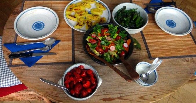 Gebratene Kloßscheiben,Schinkensauce,Salat,Erdbeeren (4)