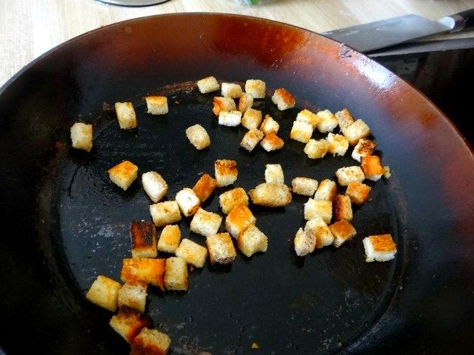 Gebratene Kloßscheiben,Schinkensauce,Salat,Erdbeeren (8)