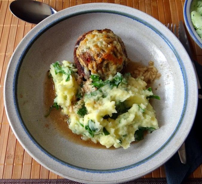 Gefüllte Portobello,Kartoffelstampf mit Rucola,Salate (2)